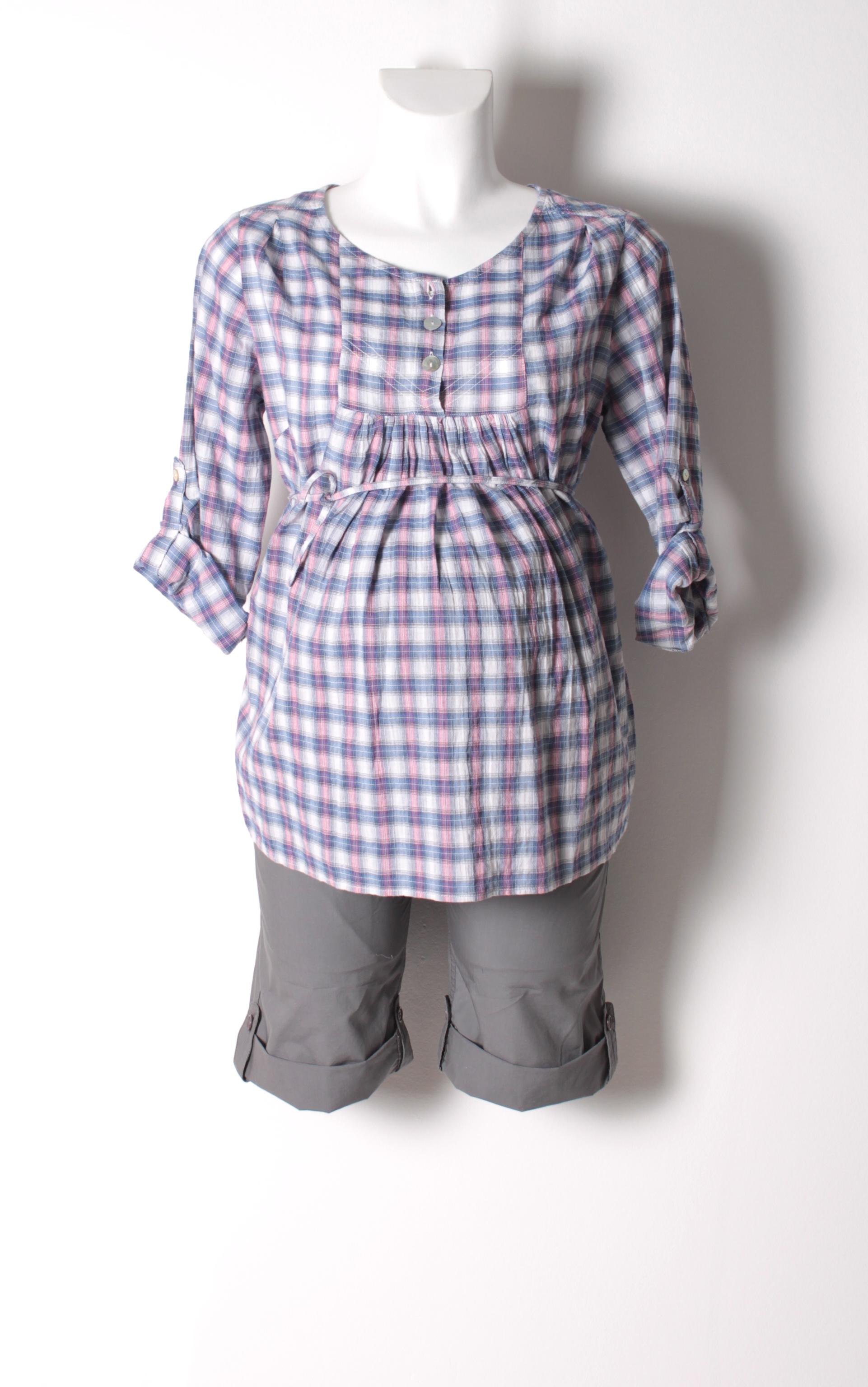 81d9a6a0d76 De samme shorts her i grå sammen med en fin bluse/skjorte med bindebånd.